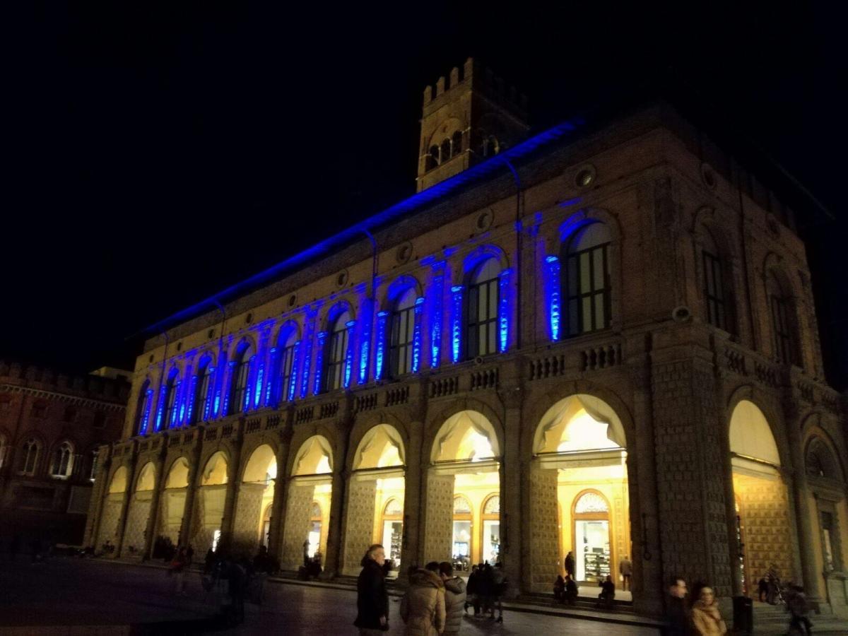 Bologna Festeggia - Palazzo Podestà si tinge di blu